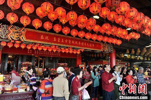 中国侨网资料图:台湾民众春节纷纷前往各大寺庙拜庙祈福。中新社发 王东明 摄