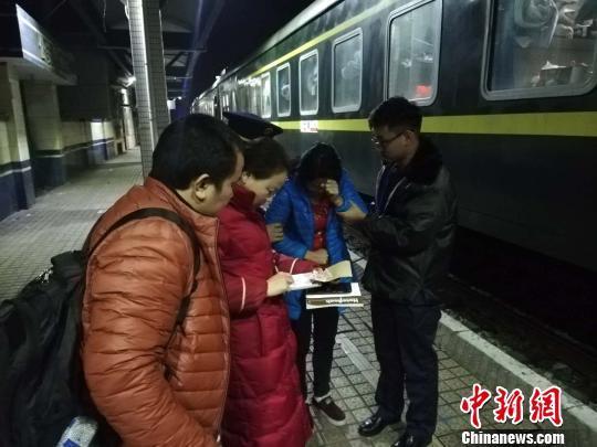 旅客列车上突发疾病 工作人员合力施救