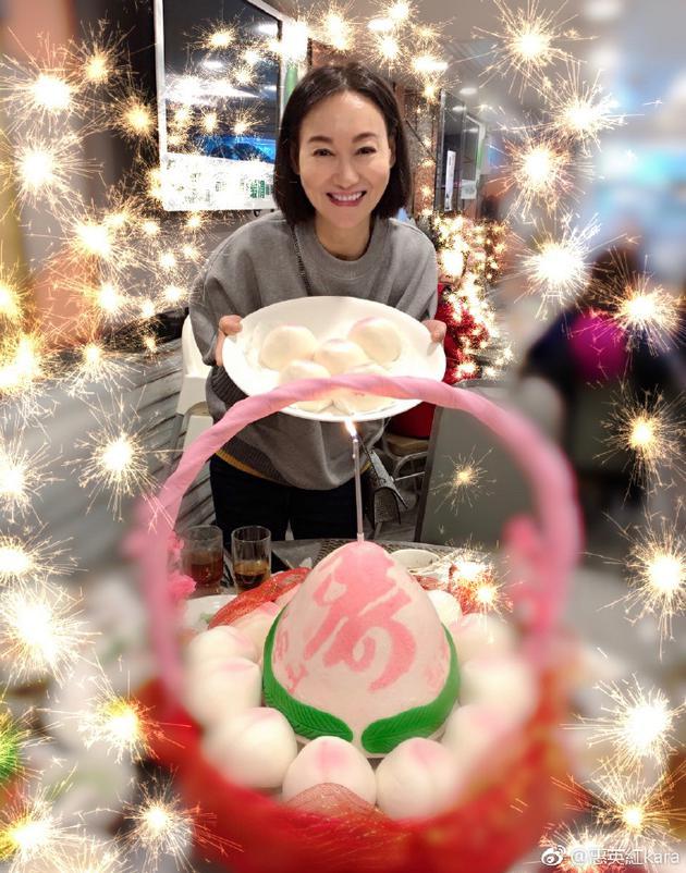惠英红为自己庆祝59岁生日 端寿包大笑很有年代感