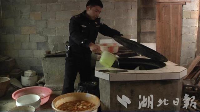 老汉无证驾驶被拘3天 警察帮喂家中31头猪和百只鸡