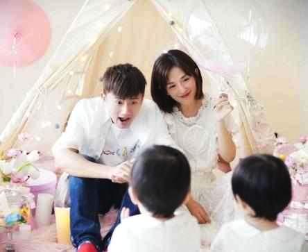 张杰谢娜女儿满周岁,张杰晒出全家福,何炅暗示双胞胎多才多艺