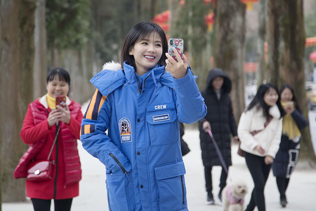 刘涛大晒游客照 路边举手机自拍活力满分