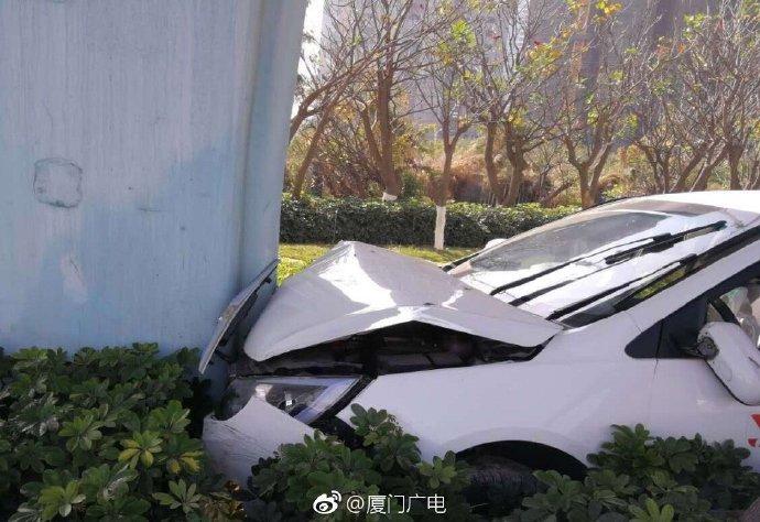 滨海西大道潘涂路段发生轿车与摩托车相撞事故