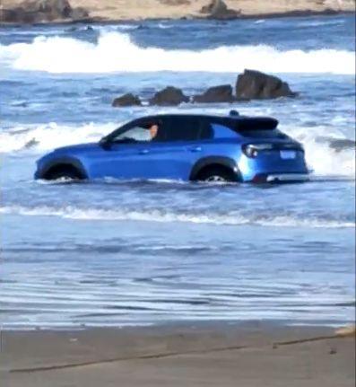 惊!青岛的海面上漂着一辆轿车,里面传来孩子的哭喊声