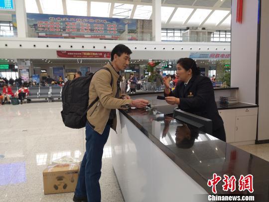 """广西火车站""""马大姐"""" 22年乐助八方旅客"""