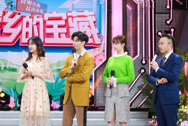 """""""小李晨""""王嘉,姜黄色西装配长裤,站在花朵中男人味十足"""