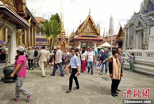 资料图片:中国游客在泰国大皇宫内游览,感受泰国佛教文化。<a target='_blank' href='http://www.chinanews.com/'>中新社</a>记者 陈燕 摄
