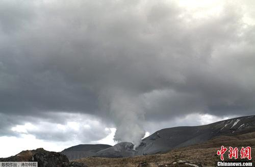 新西兰汤加里罗火山时隔3个月后再次喷发,火山灰冲上高空,直耸入云。