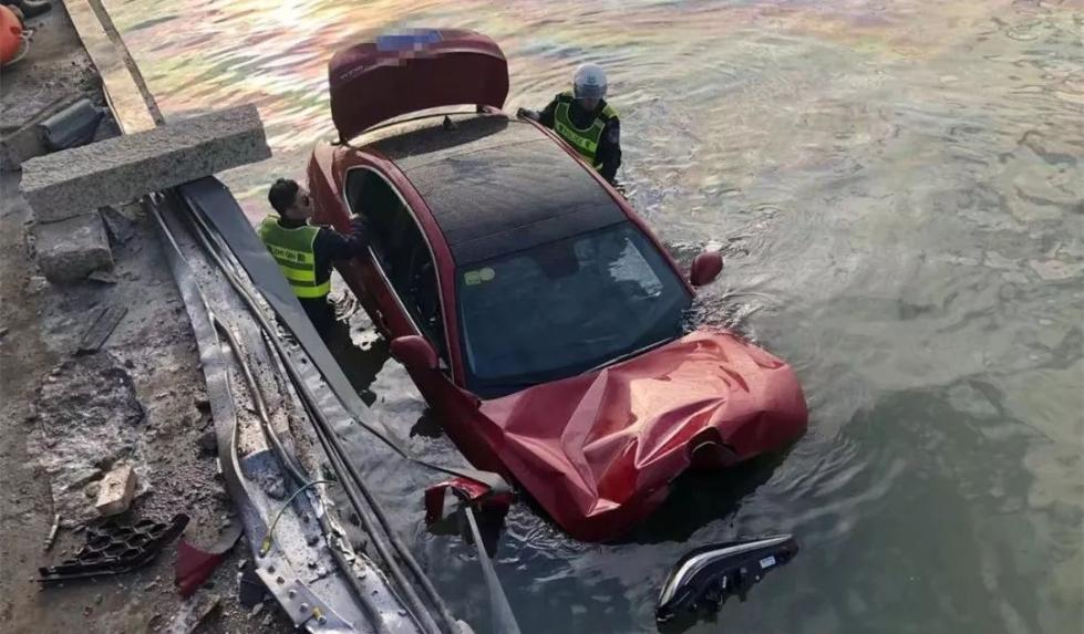 豪华跑车坠海,女司机获救后大喊:孩子还在车里!