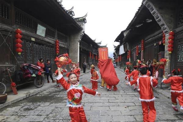 古镇居民练节目 欢声笑语迎新春