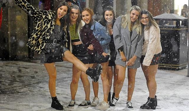 英青年装扮清凉在零下3度雪地上尽情狂欢