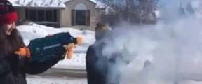 美居民雪地玩水枪 开水喷出立马变雪花