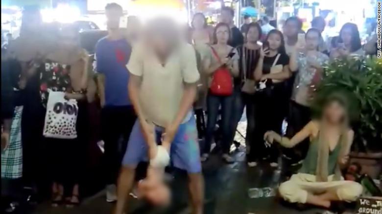 一对俄罗斯夫妇在吉隆坡街头做了这个动作,被抓了!