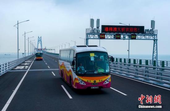 """港珠澳大桥春运初体验 """"金巴""""司机赞叹开车安全舒适"""