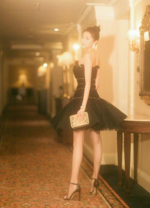 """关晓彤的精修图:这双腿美得也太""""犯规""""了吧?又长又细还白嫩"""