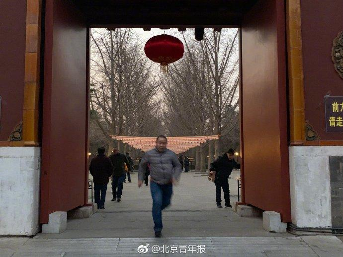 山东男子彻夜排队8.5小时 抢得北京雍和宫头柱香