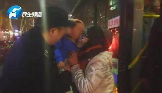 随后赶来的孩子母亲,激动地从民警手中接过孩子,慌乱的心这时才安定下来。