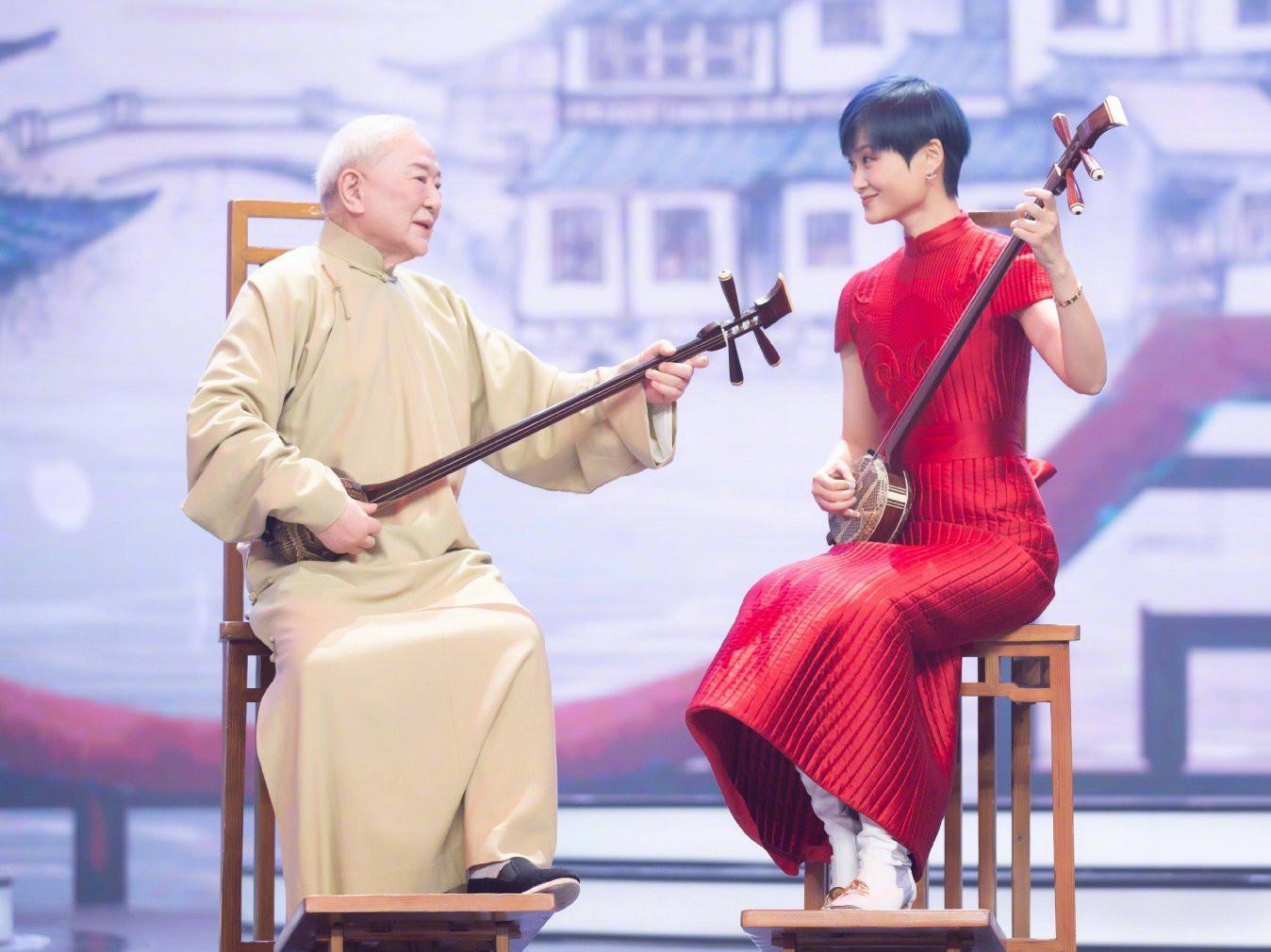 """李宇春穿旗袍弹三弦 被老师盛赞""""奇才"""""""