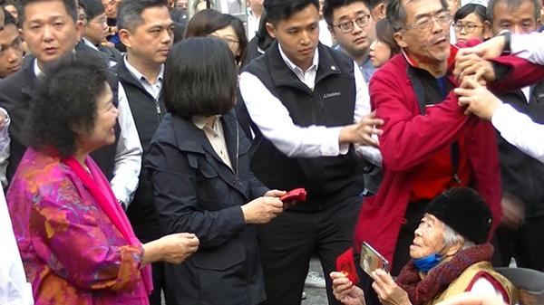 """蔡英文高雄发红包 抗议者混入人群当面呛""""错误要改正"""""""