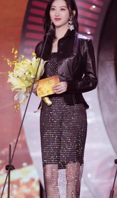 景甜参加活动,这样的衣服闪闪发光,网友:舞台上最亮的一个