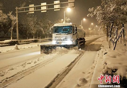 南京暴雪 多部门奋战一线保畅通