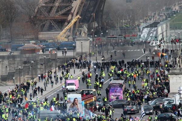 """巴黎遭遇""""黄马甲""""第13轮示威 暴力事件再现"""