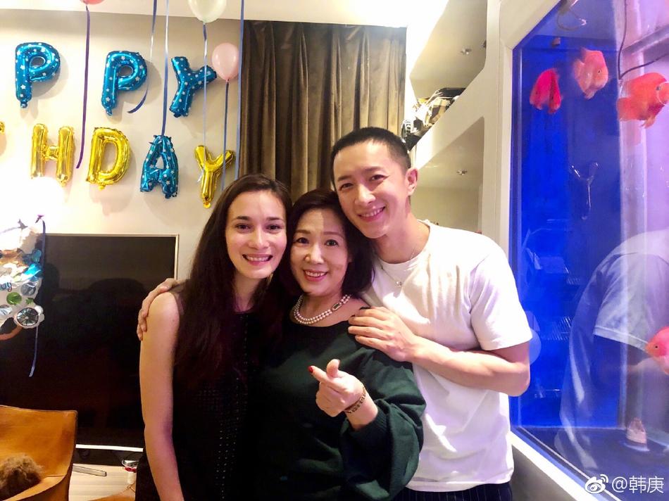 韩庚晒35岁生日派对照 与妈妈女友温馨同框