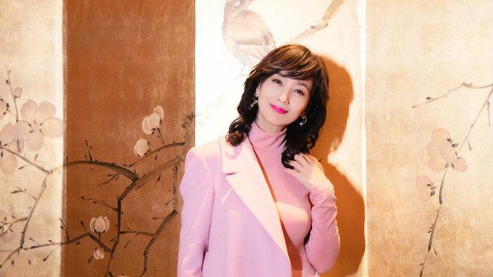 赵雅芝粉色大衣凹造型 身材苗条笑容甜美少女十足