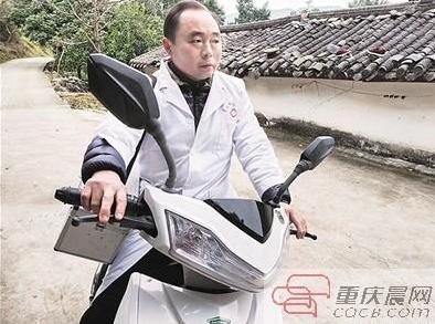"""""""赤脚医生""""行医32年 春节骑摩托上门为人治病"""