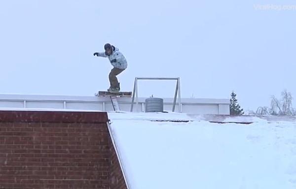 芬兰男子宿醉后挑战屋顶滑雪 狼狈跌落