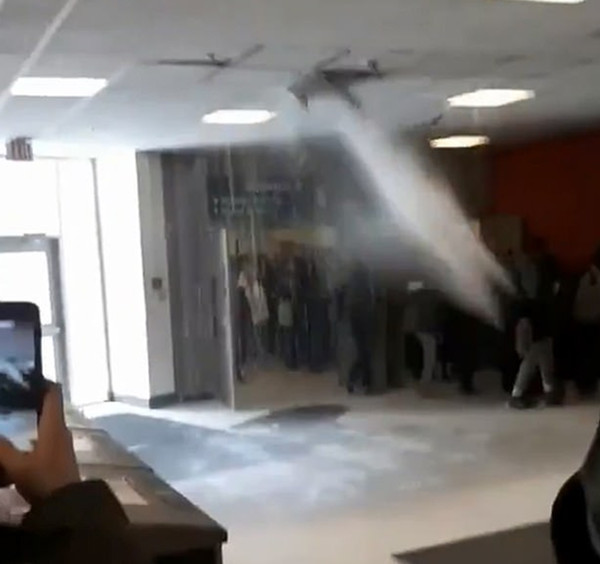 加拿大一大学天花板水管爆裂 教学楼变成水帘洞