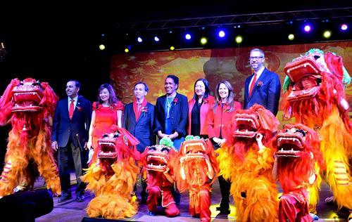 中国侨网当地时间2月8日大年初四晚,大芝加哥地区近千人聚集在西北郊珠瑞莲大酒店举办当地的春节晚会。图为出席晚会的主宾合影。(《芝加哥华语论坛》报/张大卫 摄)