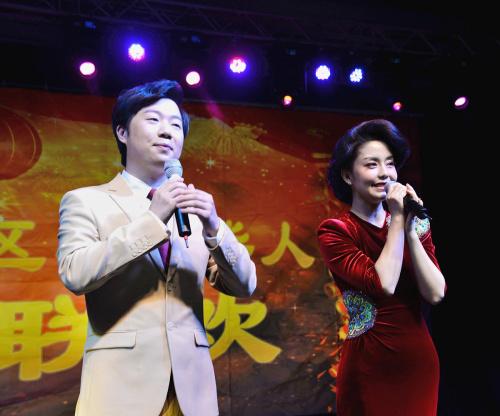 """桐瑶与黄枭合唱""""你怎么说""""。(《芝加哥华语论坛》报/张大卫 摄)"""