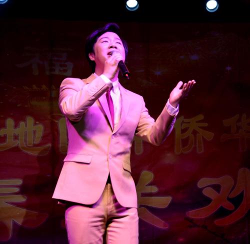 """黄枭在演唱""""南屏晚钟""""。(《芝加哥华语论坛》报/张大卫 摄)"""