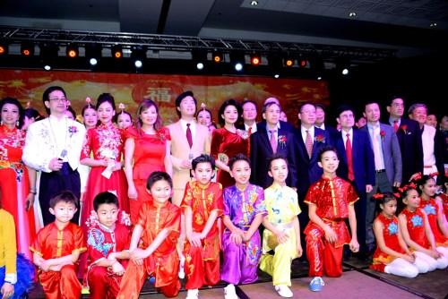 刘军代总领事、黄黎明副总领事等与演员们一起向观众谢幕。(《芝加哥华语论坛》报/张大卫 摄)