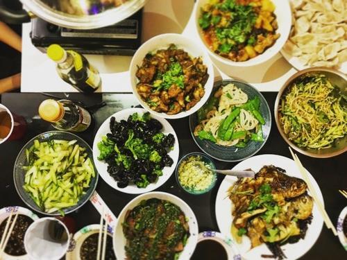 中国侨网中国学生家长赴美探亲,准备一桌好菜招待孩子好友,大家倍感家庭温暖。(美国《世界日报》/董宇 摄)