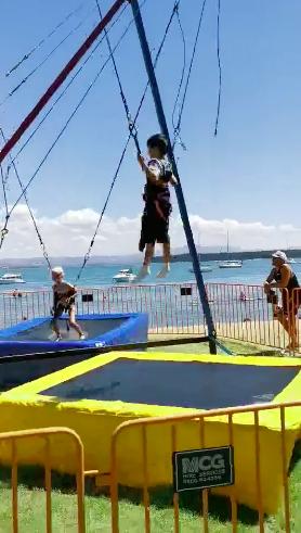 小亮仔玩蹦床成功翻转两周 田亮:练跳水还来得及