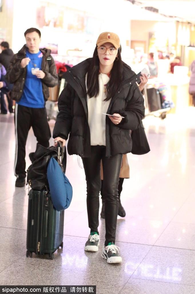 姚晨戴鸭舌帽现身机场 一身休闲青春减龄