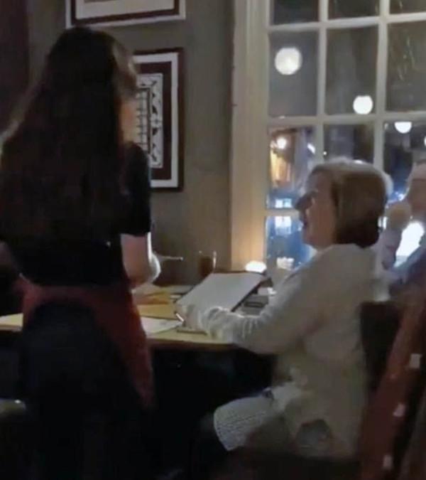 暖心一刻:女儿旅游一年归来 假扮服务生为母亲送惊喜