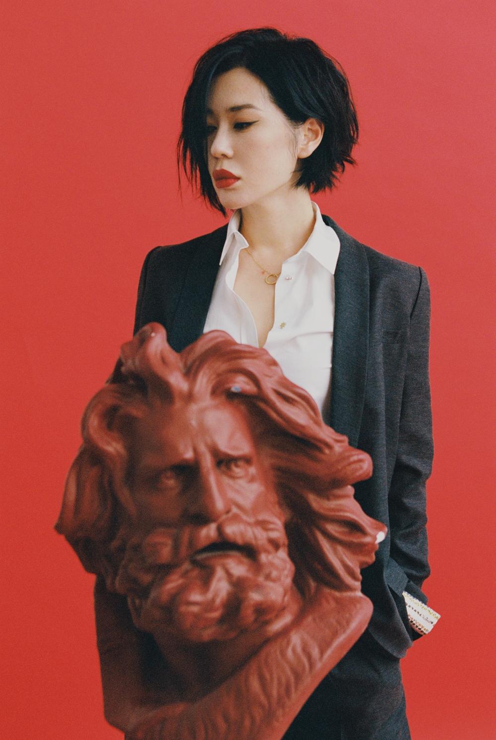 余男最新杂志大片曝光 优雅帅气诠释画报人生