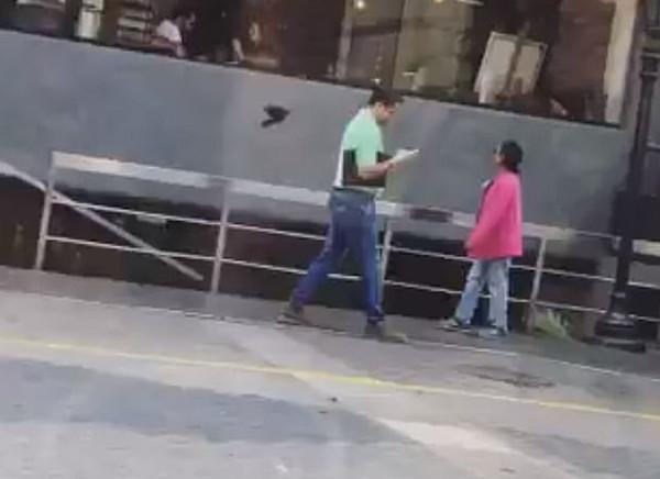 三男子在秘鲁街头被鸽子偷袭视频令人捧腹