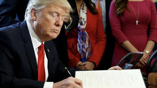 """特朗普签行政命令要发展AI 向前迈出""""一小步"""""""