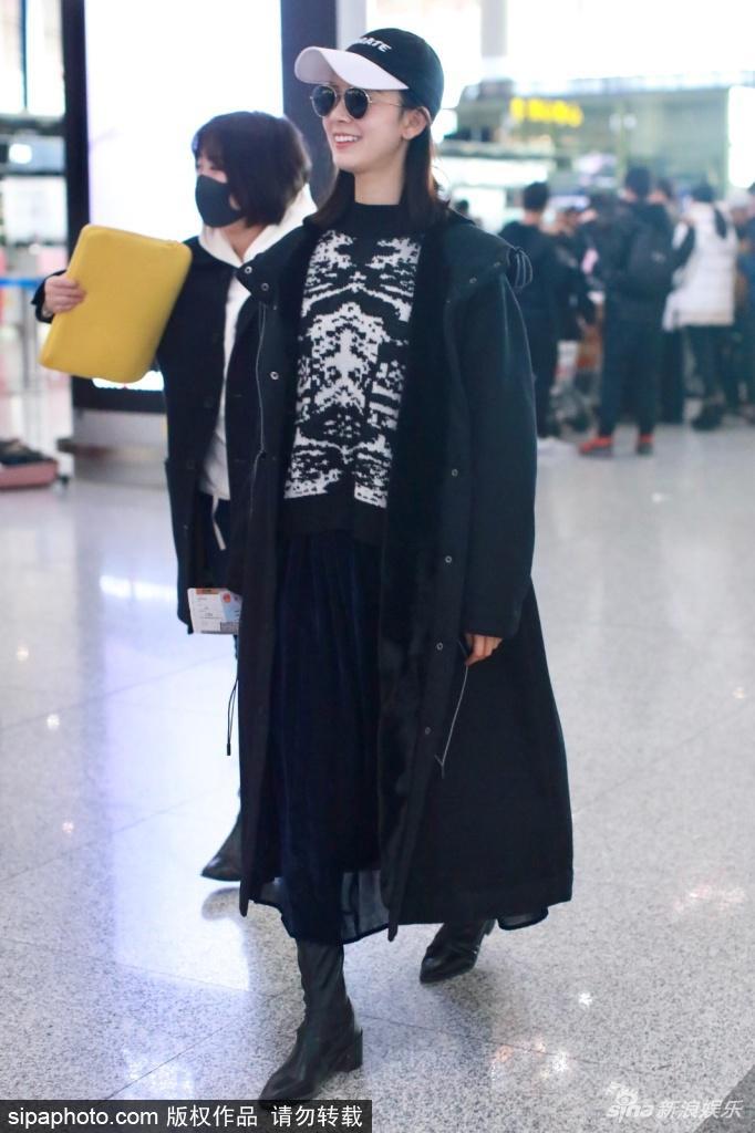 陈瑶现身北京机场 全黑LOOK面露微笑