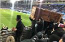 西甲队球迷扛着棺材看球 公开抗议联盟