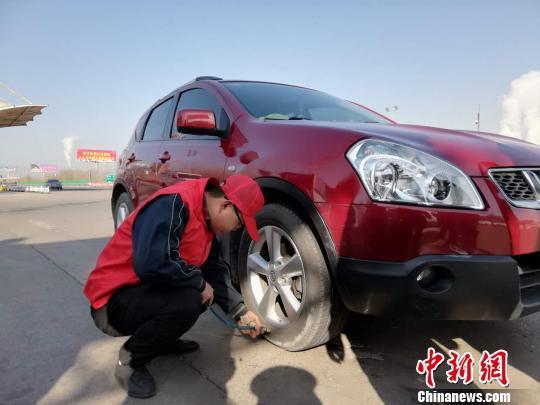 山西志愿者免费提供车辆检修服务频获点赞