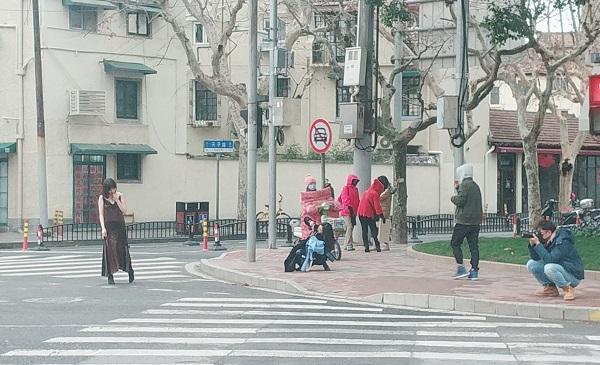 """上海武康大楼又成""""网红""""摄影地?""""打卡""""留影切忌危险""""姿势"""""""