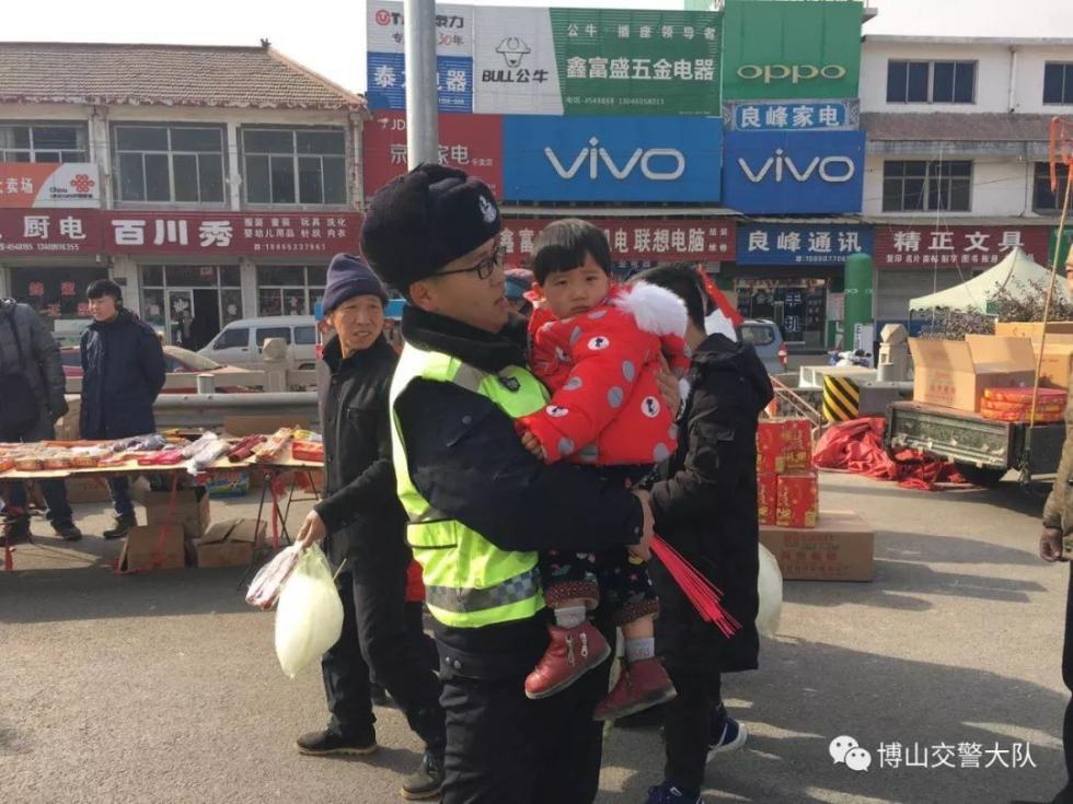 交警抱小孩执勤,却赢得群众纷纷称赞