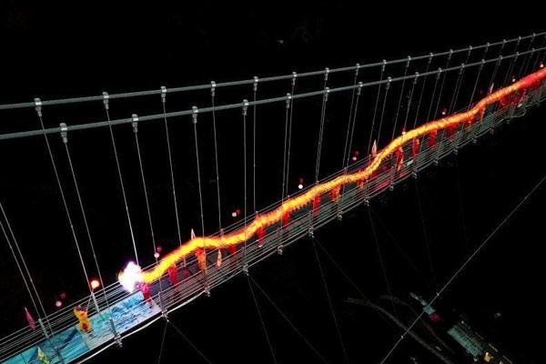 高空玻璃悬桥上舞龙闹新春