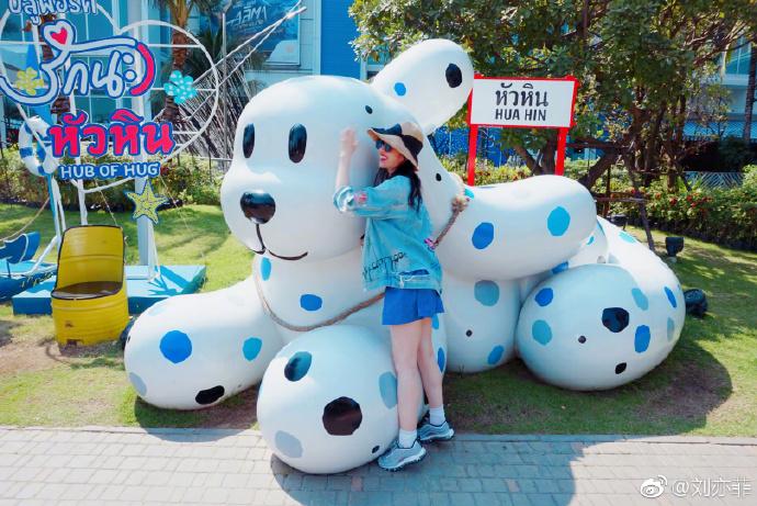 刘亦菲连晒游客照 活泼俏皮似少女