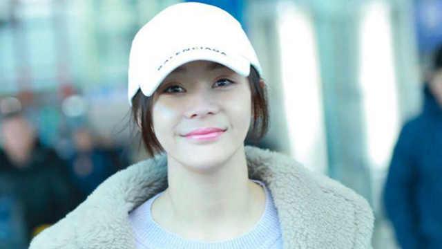 袁姗姗穿毛绒大衣现身北京机场 对镜微笑心情好